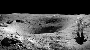 Astronaut-Walking-on-the-Moon