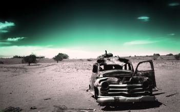 Old-Car-in-Desert-Wallpaper