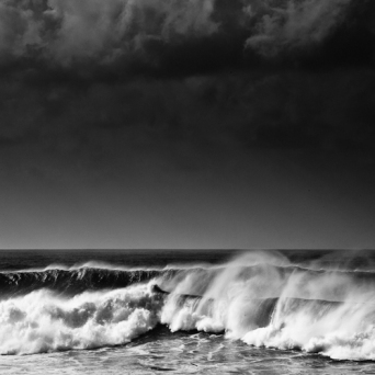 crashing-seas-black-white